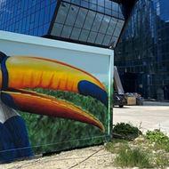 28/08/2020<br />Graffitikunstenaar Cee Pil onthult toekan aan nieuw hotel van Van der Valk